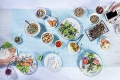 Vue supérieure des personnes mangeant de la nourriture ensemble Photos stock