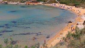 Vue supérieure des personnes sur la plage d'or par la mer de turquoise clips vidéos