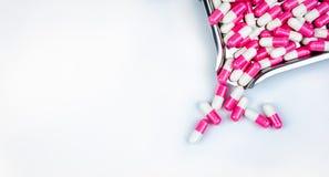 Vue supérieure des pilules blanc rose de capsule sur le plateau de drogue Drogue antipsychotique Médecine de capsule pour la dépr photo stock