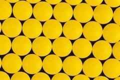 vue supérieure des pilules pharmaceutiques jaunes de médecine photos libres de droits