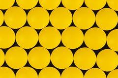 vue supérieure des pilules pharmaceutiques jaunes de médecine image stock