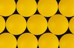vue supérieure des pilules pharmaceutiques jaunes de médecine images libres de droits