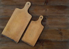 Vue supérieure des planches à découper en bois sur la vieille table en bois Photos libres de droits