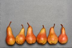 Vue supérieure des poires jaune-orange mûres Photos libres de droits