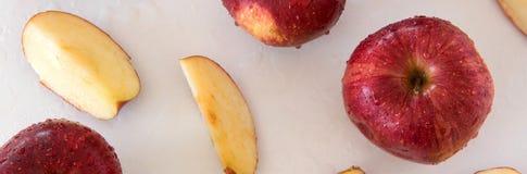 Vue supérieure des pommes croustillantes rouges sur le fond blanc Consommation saine, industrie agricole image stock