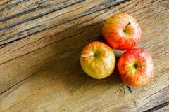 Vue supérieure des pommes fraîches de gala sur le fond en bois avec l'espace de copie image stock