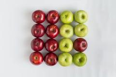 Vue supérieure des pommes juteuses rouges et vertes dans une rangée Photographie stock libre de droits