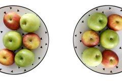 Vue supérieure des pommes rouges et vertes dans le plat blanc avec le modèle noir de triangles du côté gauche et droit avec le fo Photos stock