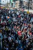 Vue supérieure des protestataires marchant dans les rues emballées Photos stock