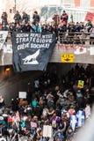 Vue supérieure des protestataires marchant dans les rues emballées Image stock