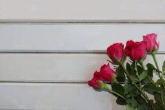 Vue supérieure des roses sur le conseil en bois blanc avec le fond de copyspace pour le concept de jour de valentines Blanc sur l Photos stock
