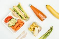 vue supérieure des sandwichs, fruits et légumes dans des gamelles photo stock
