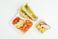 vue supérieure des sandwichs, fruits et légumes en paquets images stock