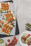 vue supérieure des sandwichs sains avec les carottes de bébé et l'arugula photos libres de droits
