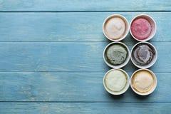 Vue supérieure des saveurs de crème glacée en tasse et écrimage photos libres de droits