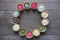 Vue supérieure des saveurs de crème glacée en tasse et écrimage photo stock