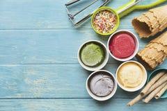 Vue supérieure des saveurs de crème glacée en tasse et écrimage sur la table image libre de droits