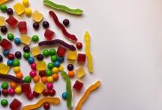 Vue supérieure des sucreries colorées dures et de gelée sur le fond blanc avec l'espace de copie image stock