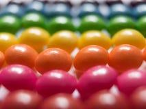 Vue supérieure des sucreries colorées sur le fond blanc photo stock