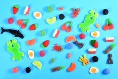 Vue supérieure des sucreries de gelée sur le fond bleu photos stock
