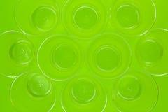 Vue supérieure des tasses en plastique transparentes vides jetables sur le fond vert R?utilisation de la perte image stock