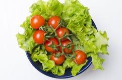 Vue supérieure des tomates et des feuilles de laitue dans la cuvette Nourriture fraîche et de régime pendant la vie saine image libre de droits
