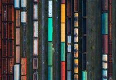 Vue supérieure des trains colorés de cargaison Silhouette d'homme se recroquevillant d'affaires Photo stock