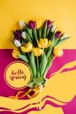 vue supérieure des tulipes de ressort avec BONJOUR photos stock