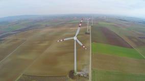 Vue supérieure des turbines de vent tournantes Énergie éolienne industrielle Énergie de substitution banque de vidéos