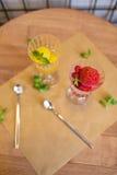 Vue supérieure des verres à vin en cristal complètement du sorbet de fruit Crème glacée colorée avec la menthe décorative sur une Image libre de droits