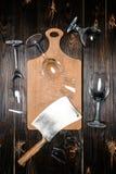 Vue supérieure des verres à vin et de la hache cassés avec le conseil en bois Photo libre de droits
