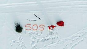 Vue supérieure des wides de neige avec Santa Claus envoyant un signal de mayday banque de vidéos