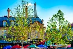 Vue sup?rieure du b?timent europ?en de style, du Tour Eiffel et des parapluies color?s dans le pavillon de la France chez Epoct e image libre de droits