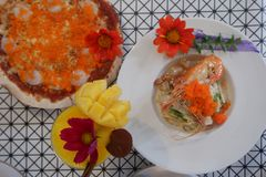 vue supérieure du bel arrangement de la nourriture fraîche, pizza, pâtes, secousse de mangue, crevette rose photos stock