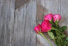 Vue supérieure du bouquet de belles roses rouges sur le vieux fond en bois L'espace gauche pour le message Carte d'amour de Roman Image libre de droits