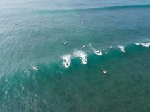 Vue supérieure du bourdon de beaucoup de surfers attendant pour attraper la prochaine vague photo libre de droits