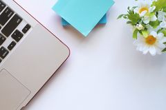 Vue supérieure du bureau blanc avec l'ordinateur portable et tout autre accessoriesand d'autres accessoires Photos libres de droits