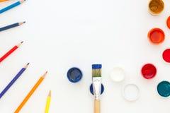 Vue supérieure du bureau Un ensemble de brosses et de peintures de l'étudiant du ` s d'artiste Copiez l'espace Photographie stock libre de droits