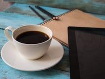 Vue supérieure du café, bloc-notes avec le stylo sur la table en bois, vue de côté workplace Photos stock