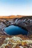 Vue supérieure du cratère de Kerid avec le lac bleu au lever de soleil La visite d'or de cercle Paysage de l'Islande Photographie stock libre de droits