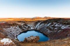 Vue supérieure du cratère de Kerid avec le lac bleu au lever de soleil La visite d'or de cercle Paysage de l'Islande Image libre de droits