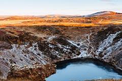 Vue supérieure du cratère de Kerid avec le lac bleu au lever de soleil La visite d'or de cercle Paysage de l'Islande Photographie stock