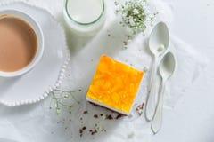 Vue supérieure du gâteau avec la gelée et servi avec du café image libre de droits
