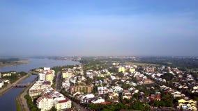 Vue supérieure du Général Hoi An contre le ciel illimité de rivière banque de vidéos