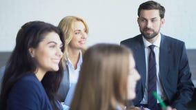 Vue supérieure du groupe de gens d'affaires partageant des idées fonctionnant ensemble des hommes d'affaires Team Brainstorming M banque de vidéos