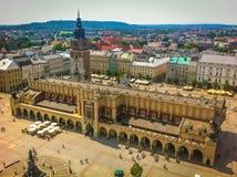 Vue supérieure du hall de tissu dans la place principale du marché de Cracovie, Pologne images libres de droits