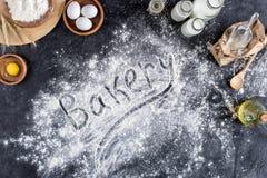 Vue supérieure du lettrage de boulangerie faite de farine et divers ingrédients pour la cuisson photo stock