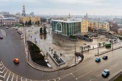 Vue supérieure du musée historique, monument de l'indépendance, cathédrale de Dormition dans la place de constitution à Kharkiv,  Photos stock