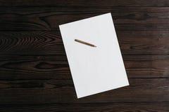 Vue supérieure du papier blanc blanc avec le crayon sur le fond en bois Page blanche blanche de papier et de crayon sur la table  photo libre de droits