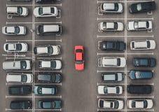 Vue supérieure du parking serré avec le quadcopter ou le bourdon Automobile lumineuse originale parmi le gris des voitures médioc images libres de droits